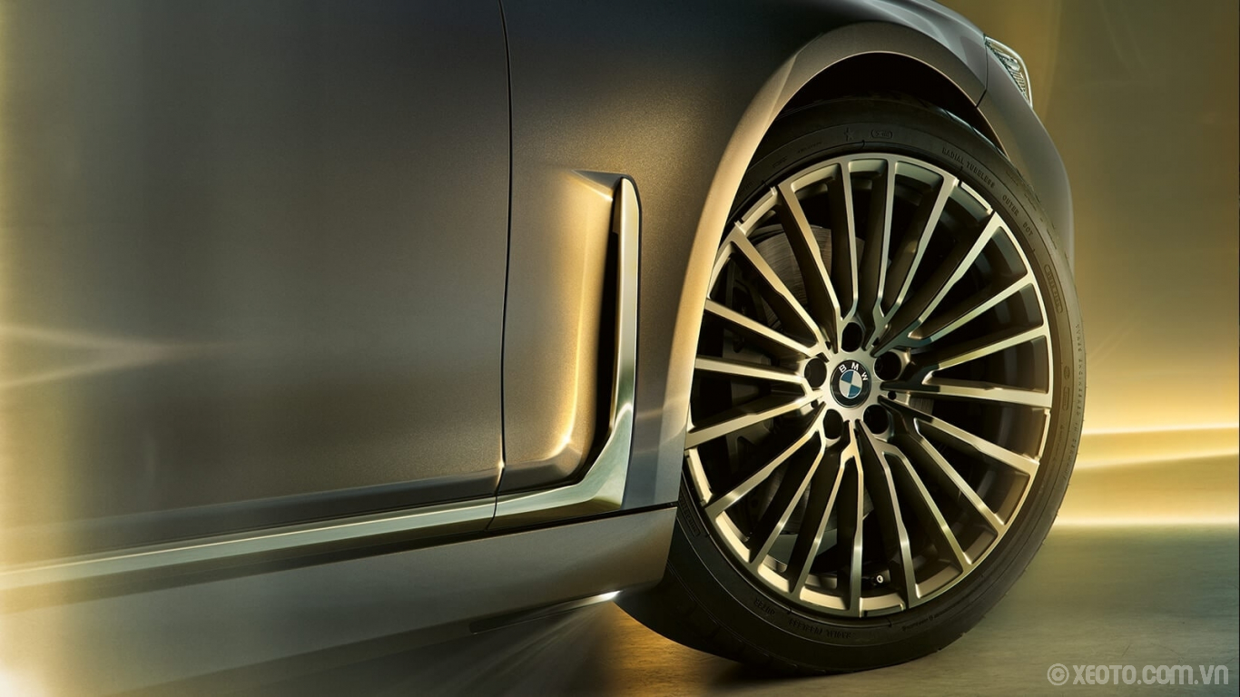 """BMW 740Li 2020 hình ảnh ngoại thất Deep air breathers accentuate the muscular profile of this luxury sedan, shown here with available 20"""" Multi-Spoke Ferric Grey wheels."""