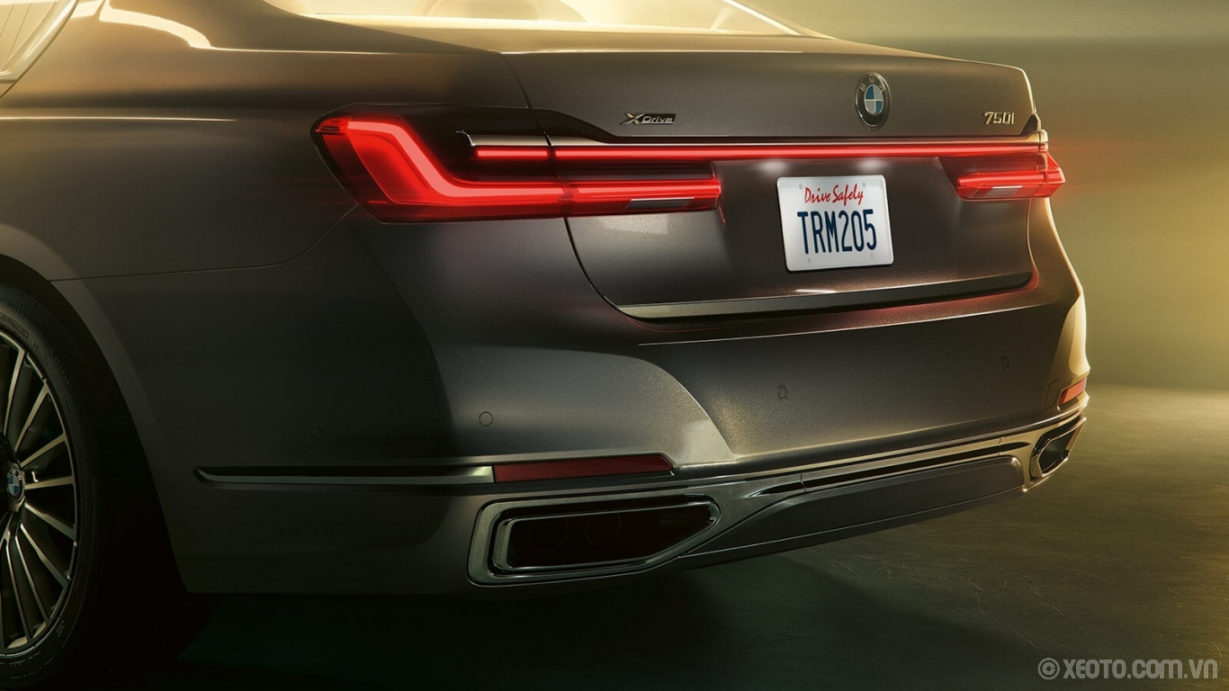 BMW 740Li 2020 hình ảnh ngoại thất Trapezoidal exhaust finishers beautifully complement the intricate design of the LED taillights and light band.