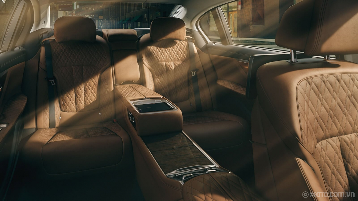 BMW 750Li 2020 hình ảnh nội thất The available Rear Executive Lounge Seating Package makes The 7 feel even more exclusive with features like the electric reclining seat and footrest, rear center console, and more.