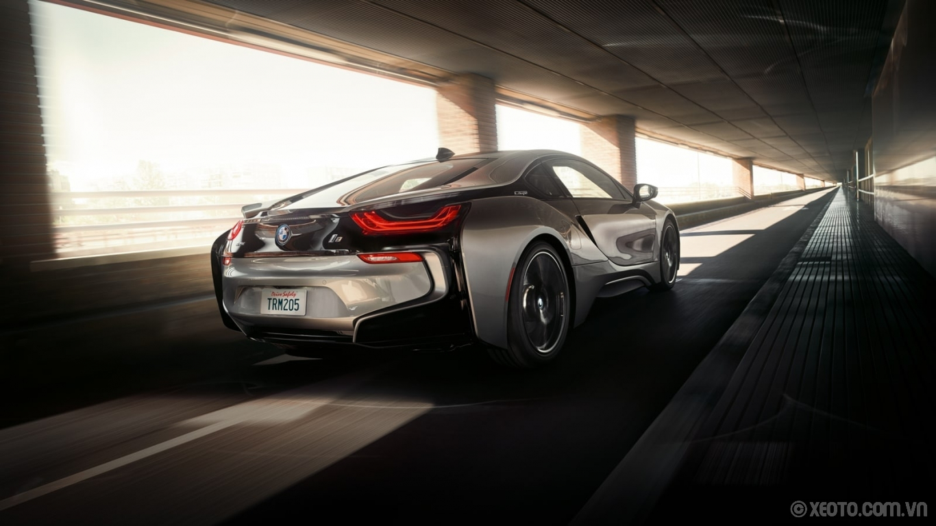 BMW i8 2020 hình ảnh ngoại thất The aerodynamic design of the BMW i8 Coupe includes wind channels sculpted into the sides and rear.