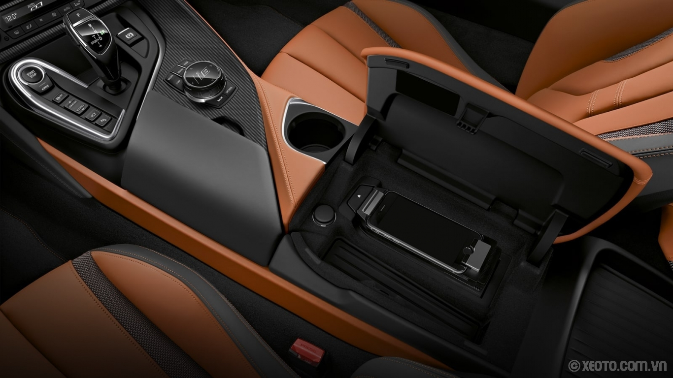 BMW i8 2020 hình ảnh nội thất A handy pocket in the central console provides convenient smartphone storage.