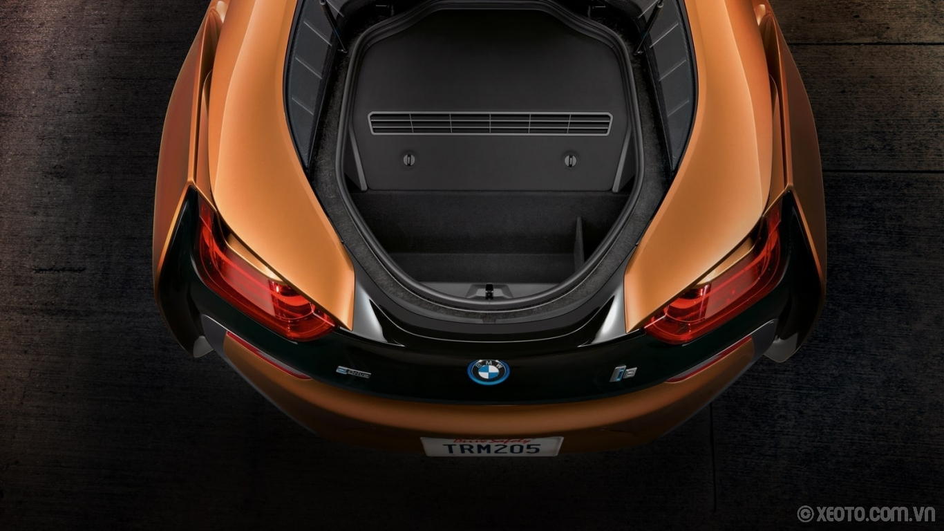 BMW i8 2020 hình ảnh nội thất Carry along your road trip essentials in the BMW i8 Roadster's luggage compartment.