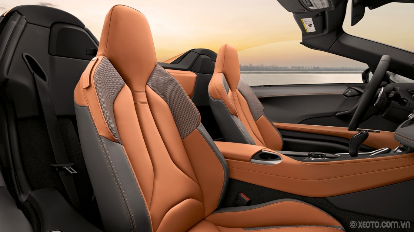 BMW i8 2020 hình ảnh nội thất The heated seats in the BMW i8 Roadster are upholstered in leather and environmentally conscious materials.