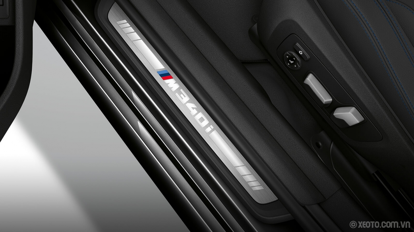 BMW M3 2020 hình ảnh nội thất Discover a touch of character through the high-gloss metallic BMW door sills on the driver's side entrance.