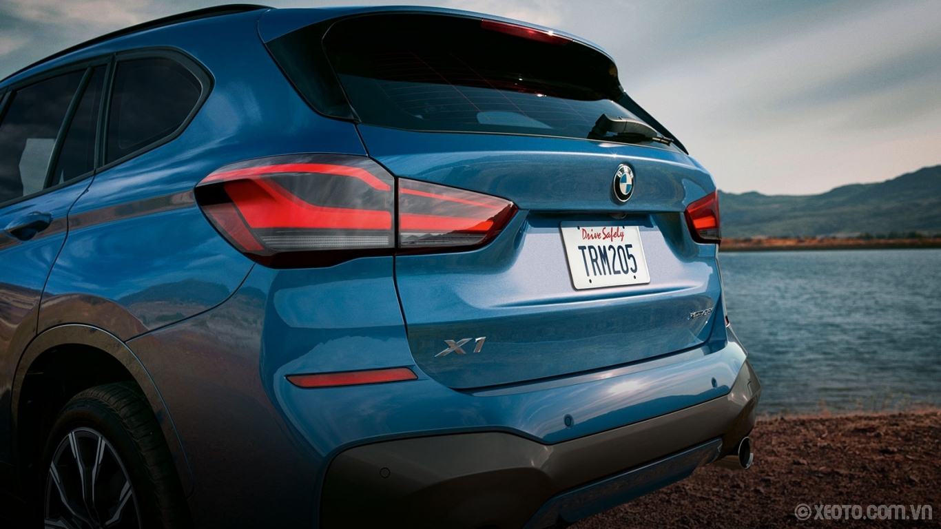 BMW X1 2020 hình ảnh ngoại thất The 2020 BMW X1 exemplifies boldness through the broader rear bumper and prominent tailpipes.