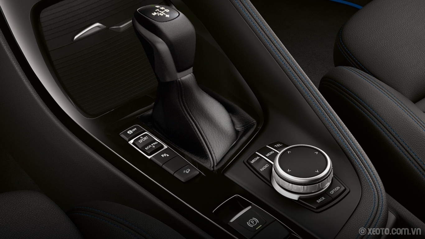 BMW X2 2020 hình ảnh nội thất Driver controls, like the gear shifter and iDrive touchpad, are comfortably and conveniently located.