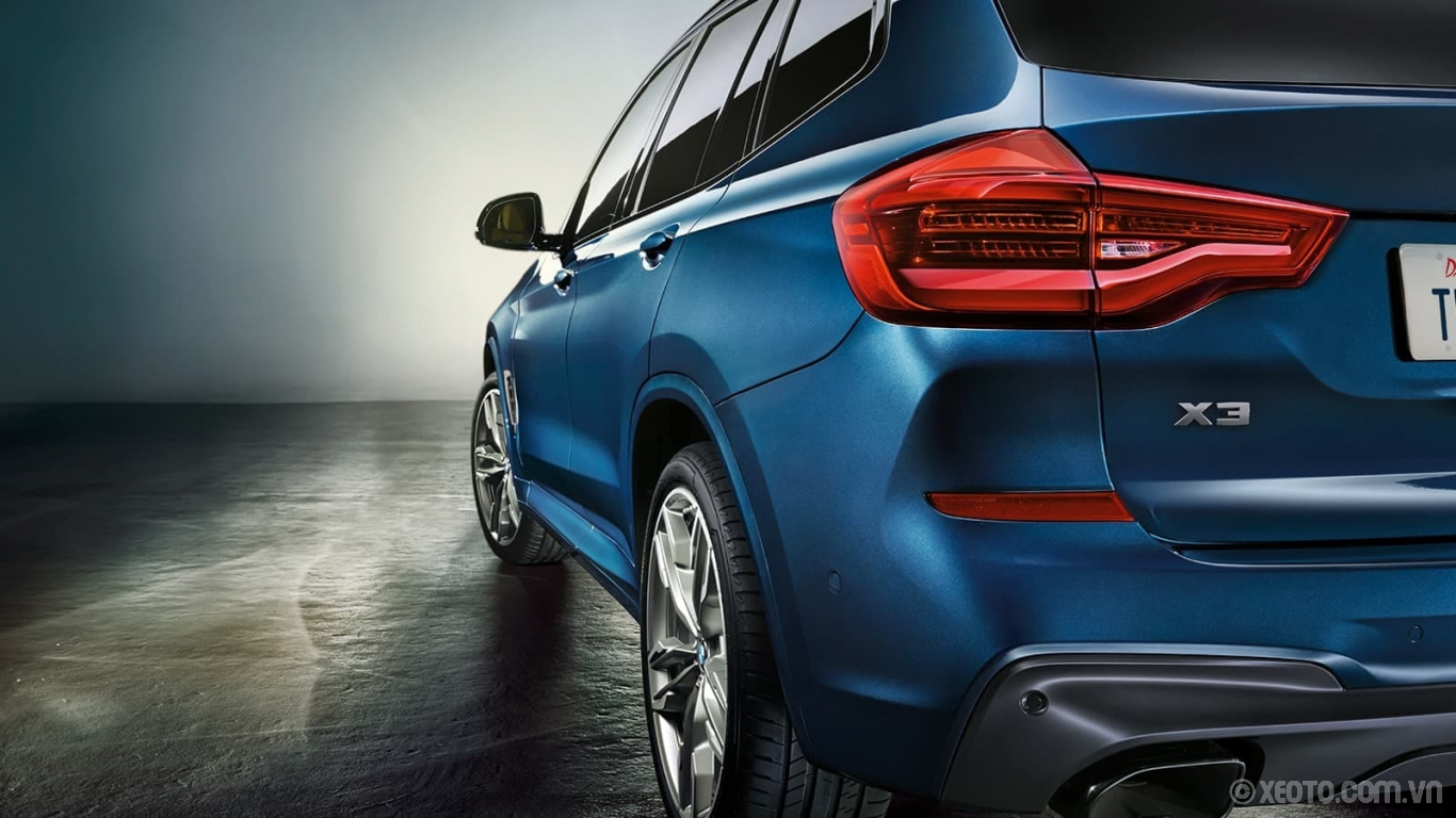 BMW X3 2020 hình ảnh ngoại thất The rugged rear angles and elongated lines of the BMW X3 in Phytonic Blue Metallic.