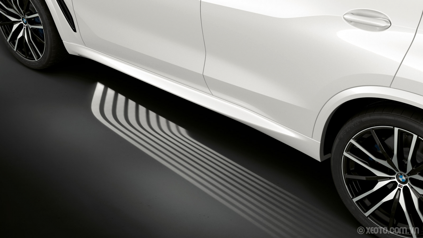 BMW X5 2020 hình ảnh ngoại thất Set the mood for your drive with the BMW X5's illuminated Welcome Light Carpet.