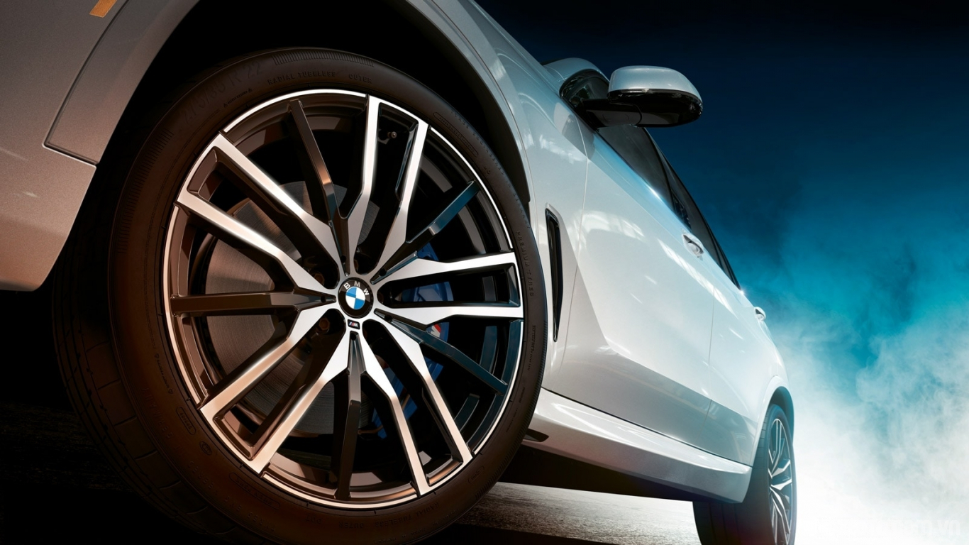 BMW X5 2020 hình ảnh ngoại thất The 2020 BMW X5 features available 22-inch wheels. Available M Sport Brakes add some sporty style to the stopping power.