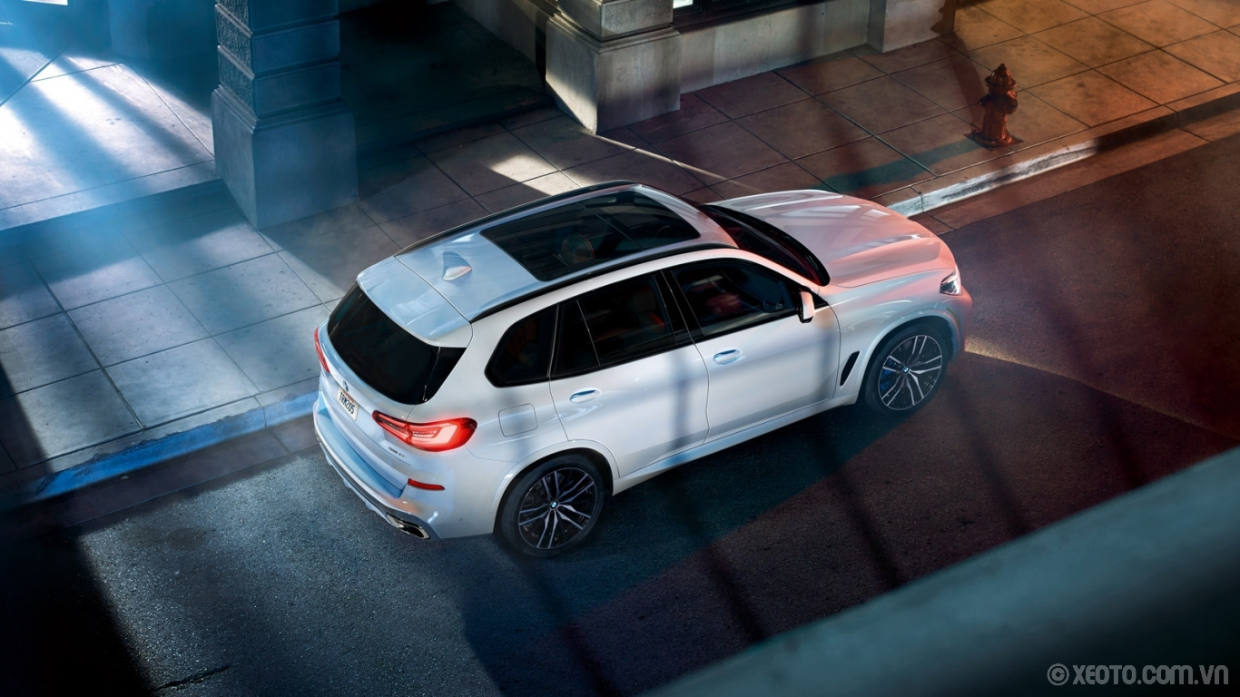 BMW X5 2020 hình ảnh ngoại thất The sporty lines and standard Panoramic Moonroof of the 2020 BMW X5 set the benchmark for luxurious design.