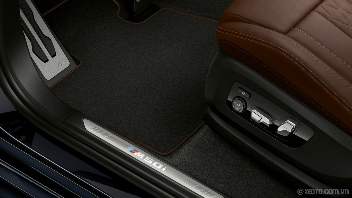 BMW X5 2020 hình ảnh nội thất Revel in the sporty spirit of your X5 M50i with exclusive door sill badging.